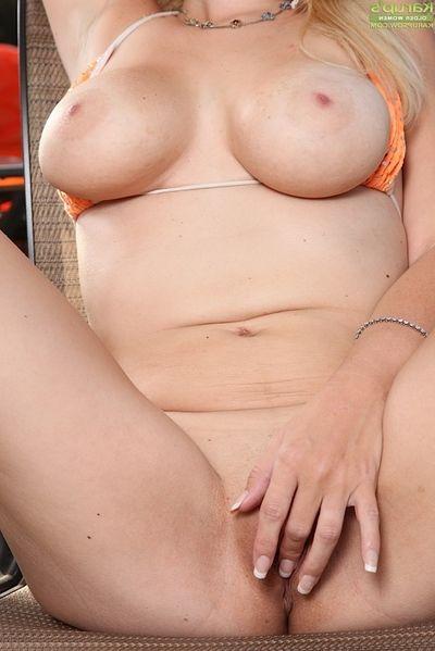 Blonde mamma Kylie Knight removing bikini to masturbate beside pool