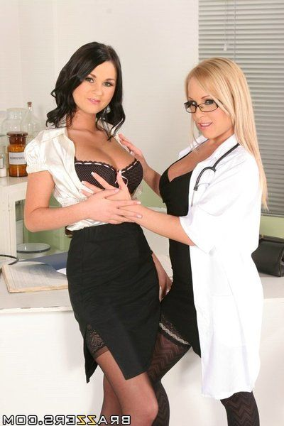 Lesbian babe Jessica Moore pushes a big strapon in the Antonia