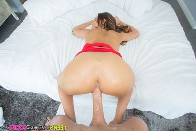 Consummate girl with yummy boobies August Ames benefits from a hard weenie