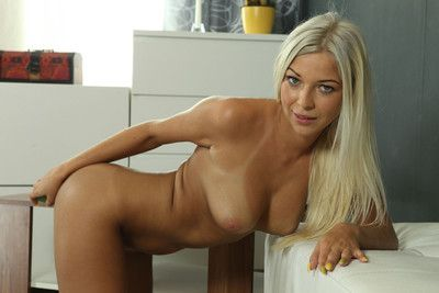Sexy golden-haired carol toys her pussy with candles