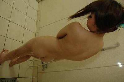 Chinese young Mizuki Abe pleasing baths and exposing her goods in close up