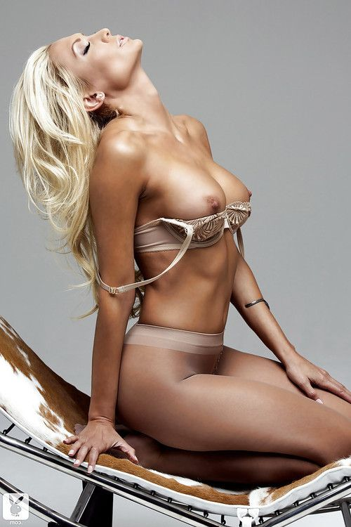 Hot blonde babe Jennifer Vaughn showcasing her jaw-dropping sexy body