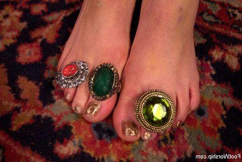 Mona wales & ella nova: gypsy foot fuck fortune!