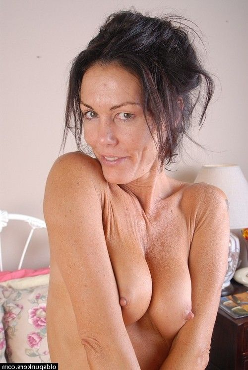 Mature brunette babe strips off underclothes sooner than spreading her fur pie