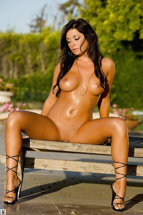 Curvy dark hair hottie Logann Brooke slipping off her bikini outdoor