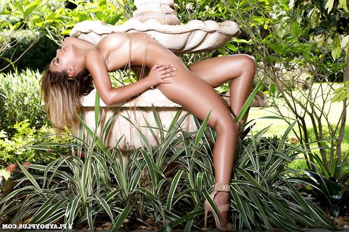 Alisette Rodriguez removes clothes sexy in the fresh garden on the cam