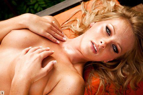 Titsy blonde coed Aryka Lynne erotic dance off her bikini outdoor