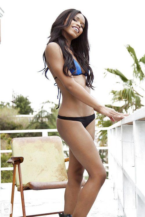 Svelte latina babe Fierra Cruz slipping off her clothes outdoor