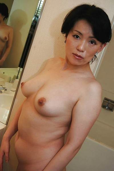 Japanese MILF Misuzu Masuko pleasant bath and teasing her shaggy slit