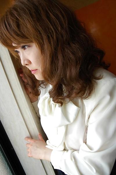 Stout eastern MILF with hirsute twat Kyoko Nakano undressing on the mattress