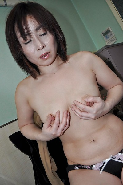 Oriental mature Yumi Ohno undressing and vibing her hirsute cum-hole