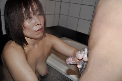 Chinese MILF Yumi Ohno has some oral-job and very satisfaction in the washroom