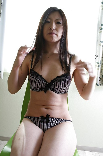 Shy eastern MILF gives head and has some uterus fingering and licking having benefit from