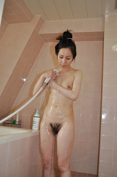 Slippy full-grown oriental lady Nobue Toyoshima gives a oral sex afterward bath