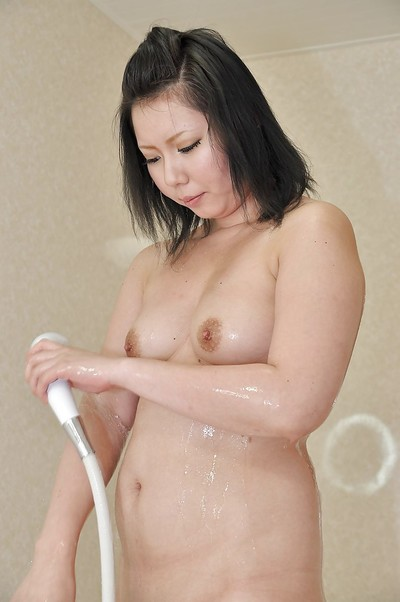 Chinese MILF Aya Uchiyama delightsome bath and teasing her snatch with water jets