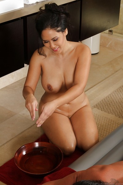 Captivating Japanese MILF gives an oily massage turning attracted to heavy twatting