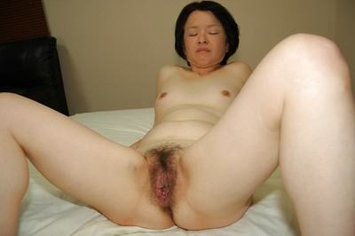 Experienced Eastern lady Tomoe Nakamachi tempting pride in her Eastern a-hole