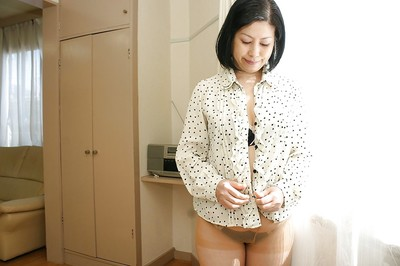Chinese milf Toyomi Furui shows us her attractive wide-opened vagina!