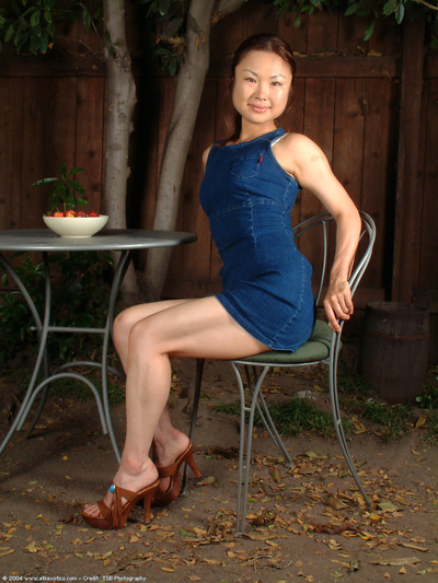 Leggy adolescent Oriental lass erotic dance outdoors to unclothed bushy slit