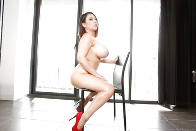 Curvy Chinese queen Tigerr Benson stripped off and plays