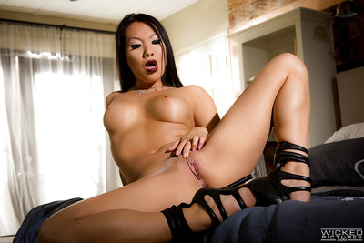 Sultry Chinese princess Asa Akira modelling in cover and hawt underware