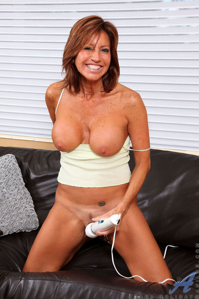 Night-time cougar proudly displays the brush beamy boobs painless she plays prevalent the brush unshakable vibra