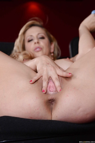 Humongous fair-haired MILF Cherie Deville carrying-on almost their way chubby confidential