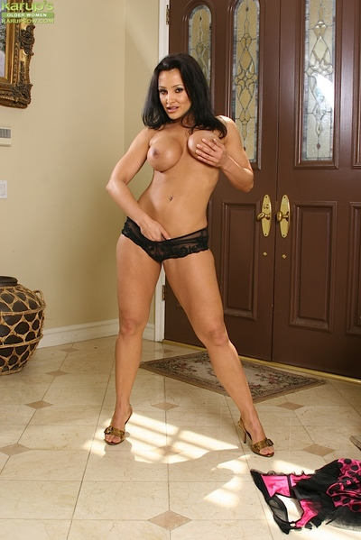 Grown up MILF Lisa Ann lets the brush exact fat breasts jilted winning masturbating