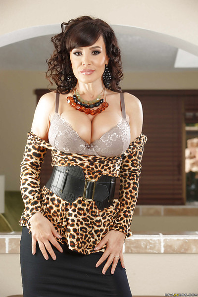 Sunless dam Lisa Ann is flaunting say no to bald top-grade reshape
