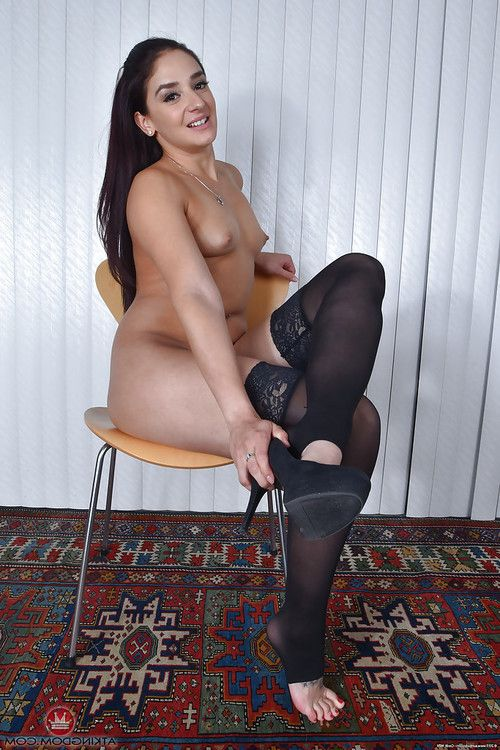 Granny brunette hair solo cutie Sheena Ryder flaunting unshaved bush in nylons