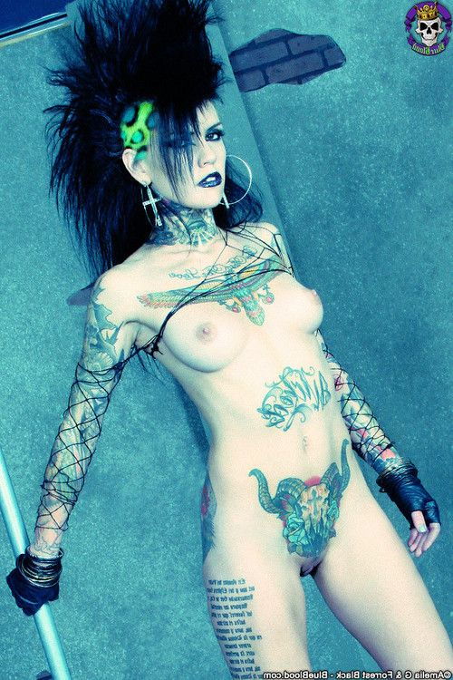 Tattooed superstar malice mcmunn shows off her taught body