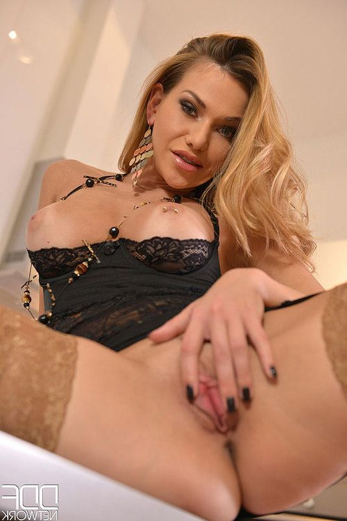 So Sultry - Shes so Extreme Fingering She is