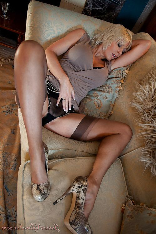 Curvaceous mature vixen in stockings stripping and teasing her muff