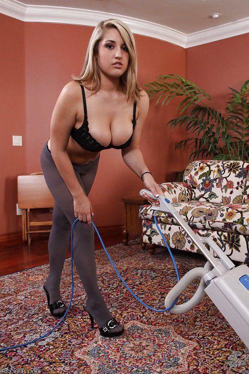 Sexy maid with BBW boobs Dayna Vendetta pleasuring her employer