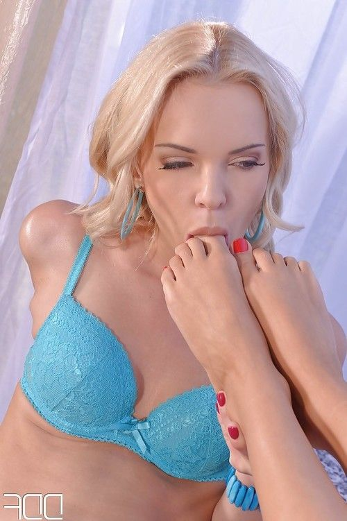 Chloue Lacourt is kissing sexy blonde Niki Diamond and humping