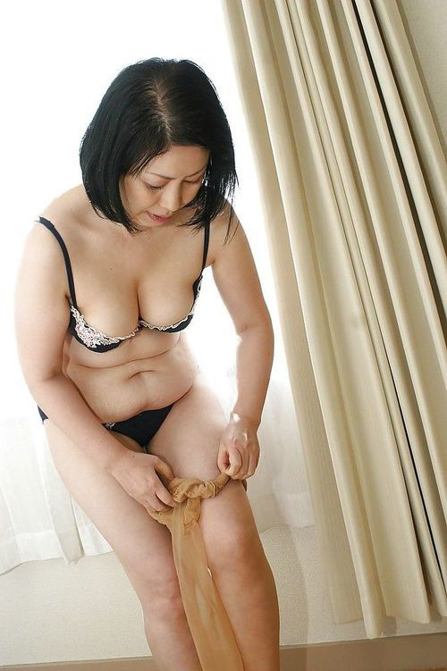 Oriental milf Toyomi Furui shows us her charming wide-opened vagina!