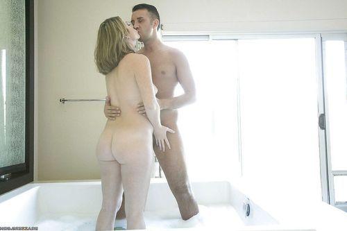 Slutty lady Sierra Sanders enjoys hardcore skrogging in the bath