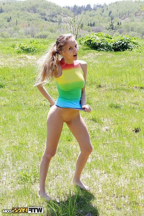 Well-graced chicito uncovering her amazingly hot bends outdoor