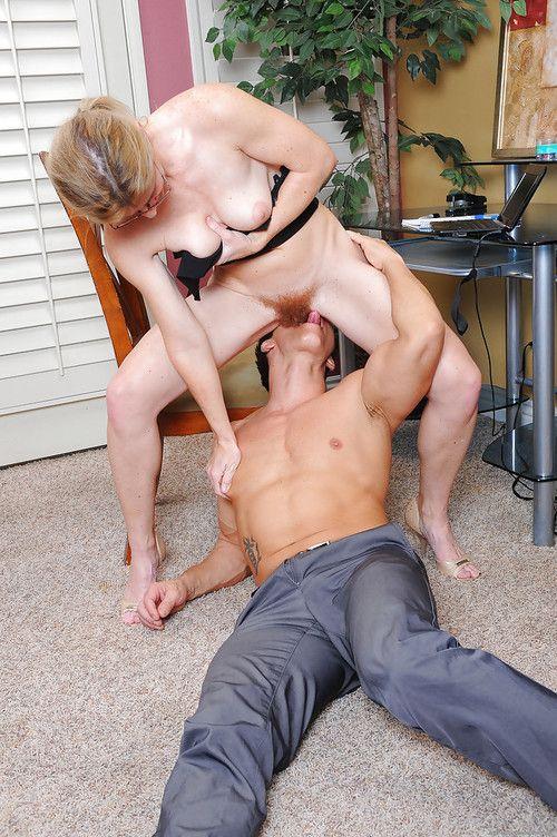 Amateur chick Austin Scott parks her hairy vagina on man