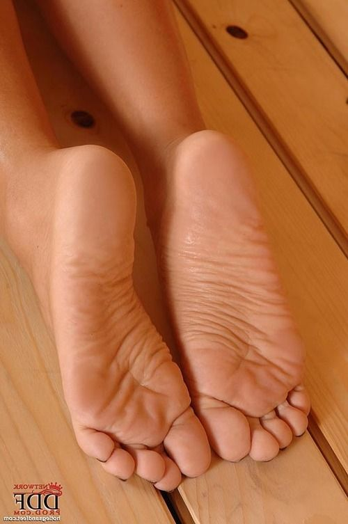 Seductive babe Melanie Memphis gives a great footjob in the sauna