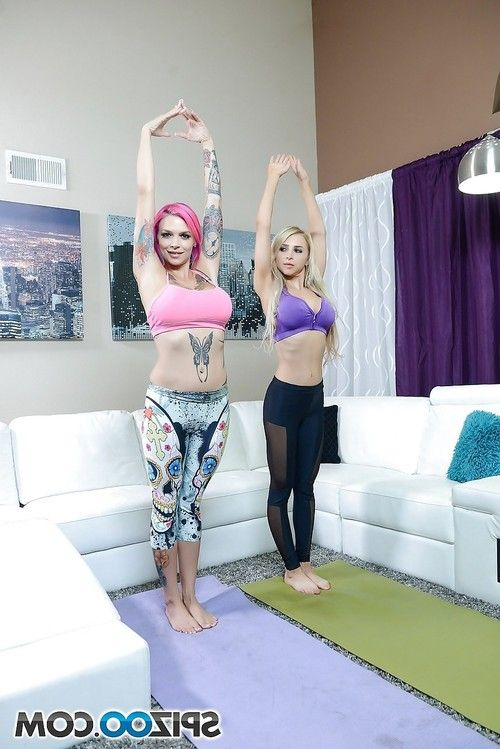 Tattooed lesbian Alix Lynx in yoga pants spreading vagina for pussy licking