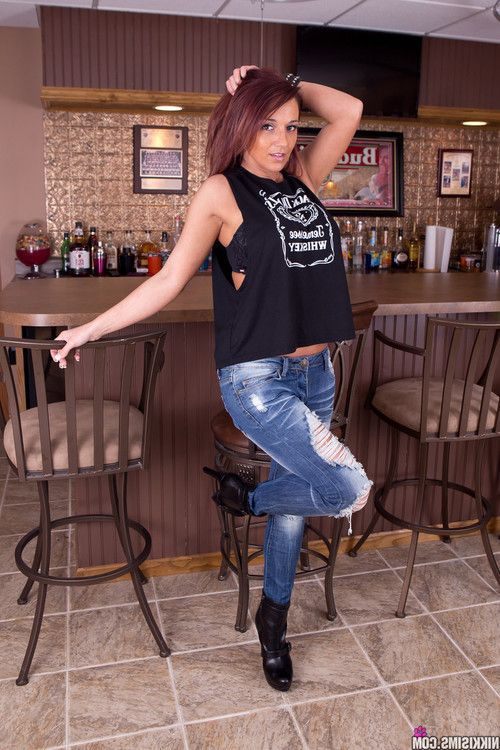 Sexy babe nikki sims in jeans