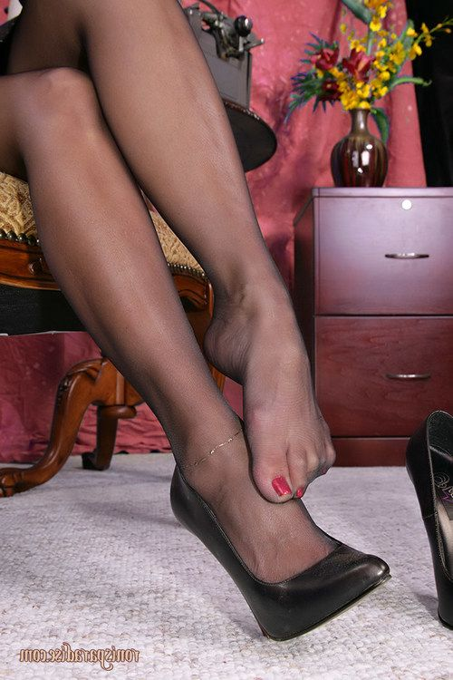 Sexy secretary Roni prefers to have some fun right at the office