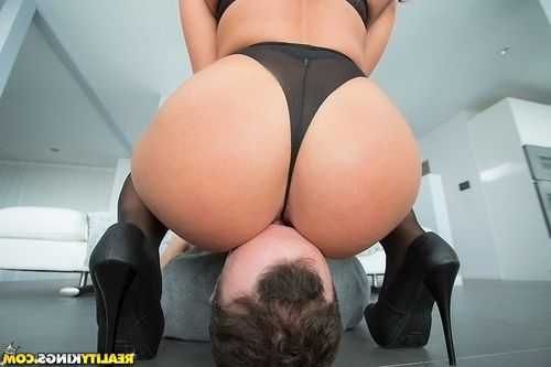 Cuddlesome babe Savannah Fox oils her ass before hardcore anal sex