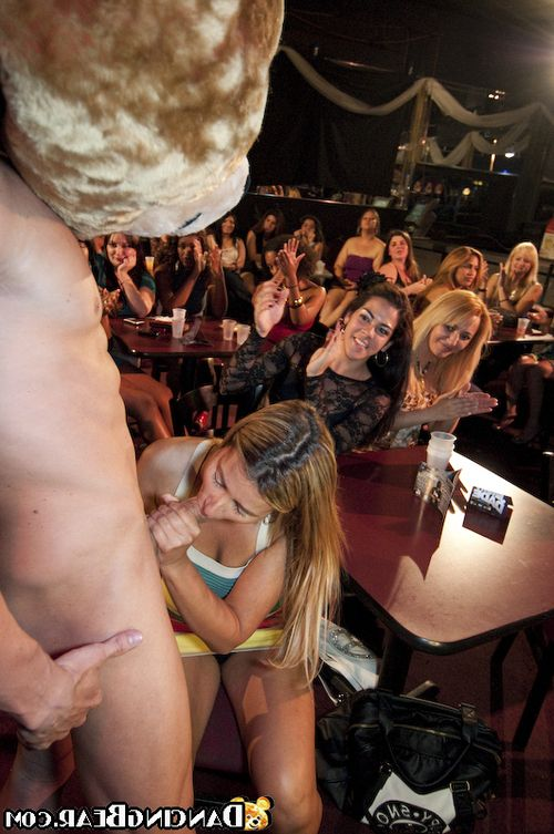 Wild party features great blowjobs from drunks blondies and brunettes