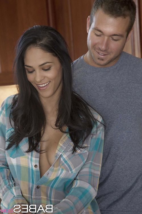 Latina Brunette Jasmine Caro enjoys a hardcore sex on the kitchen