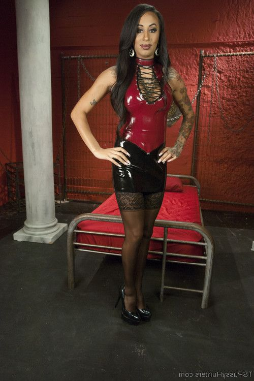 Lisa tiffian is horny and eagerly awaiting her beautiful dominatrix for a sessio