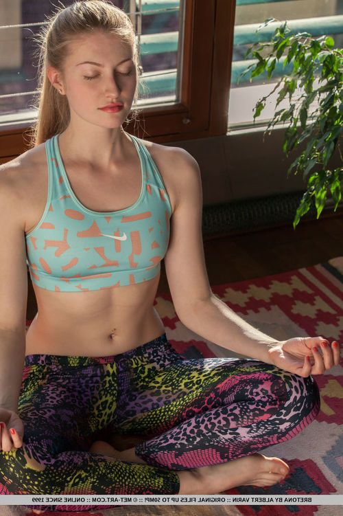 Teen babe shedding yoga pants and panties during glamour photo spread