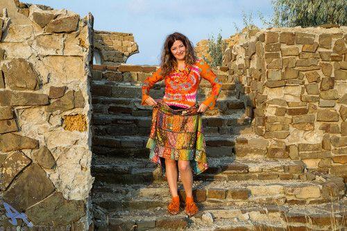 Mature woman strip its dress outdoor