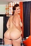 Fullfigured babe amanda bares her body and fucks herself with a